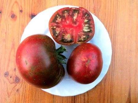 Низкорослый сорт томата, который не требует особых усилий для выращивания. Его уникальность в том, что крупные плоды, которые обладают великолепным вкусом и ароматом, имеют фиолетовый оттенок.