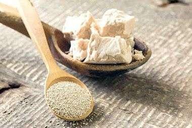 Подкормка на основе дрожжей хорошо стимулирует рост рассады. На ведро воды возьмите 10 г сухих или 100 г свежих дрожжей, добавьте немного сахара.