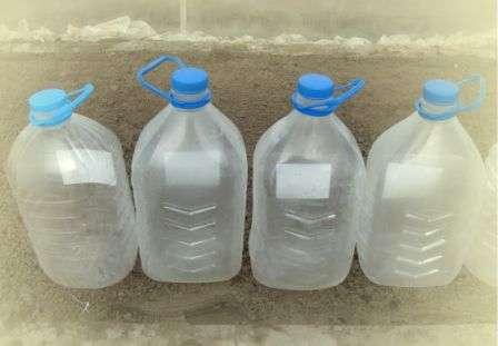 Садоводы-огородники описывают такие преимущества, которые дает посадка огурцов в пластиковые баклаги: • раннее получение урожая (бутылки служат парничками); • защита от медведки