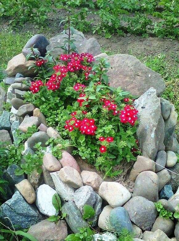 можно использовать кирпичи, булыжники и обычные камни