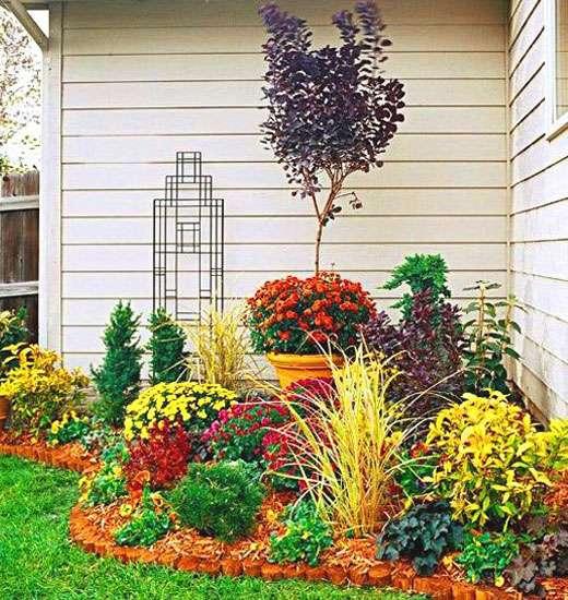 Комнатным горшечным растениям будет очень уютно в этом уголке садика.