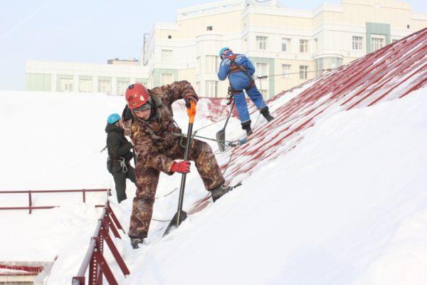 Уборка снега с крыши: как это сделать правильно